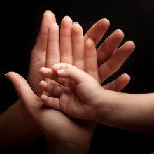 חשמל זורם בכפות ידיך. על קריאה בכף היד